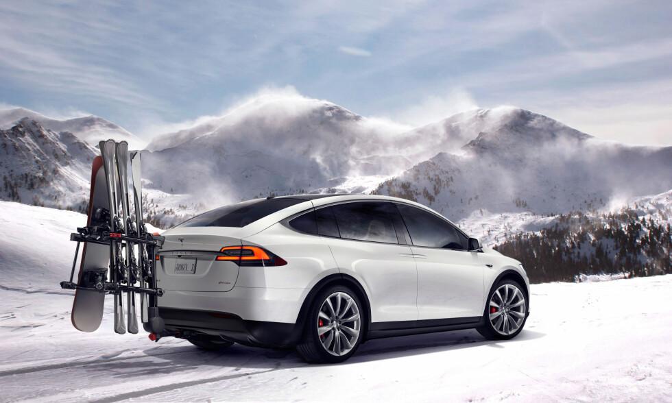 <strong><b>FIFFIG LØSNING:</strong></b> Ettersom det ikke er mulighet for å montere noen skiboks på taket på grunn av måkevinge-dørene, har Tesla laget denne løsningen for frakt av ski og snowboard.  Foto: TESLA