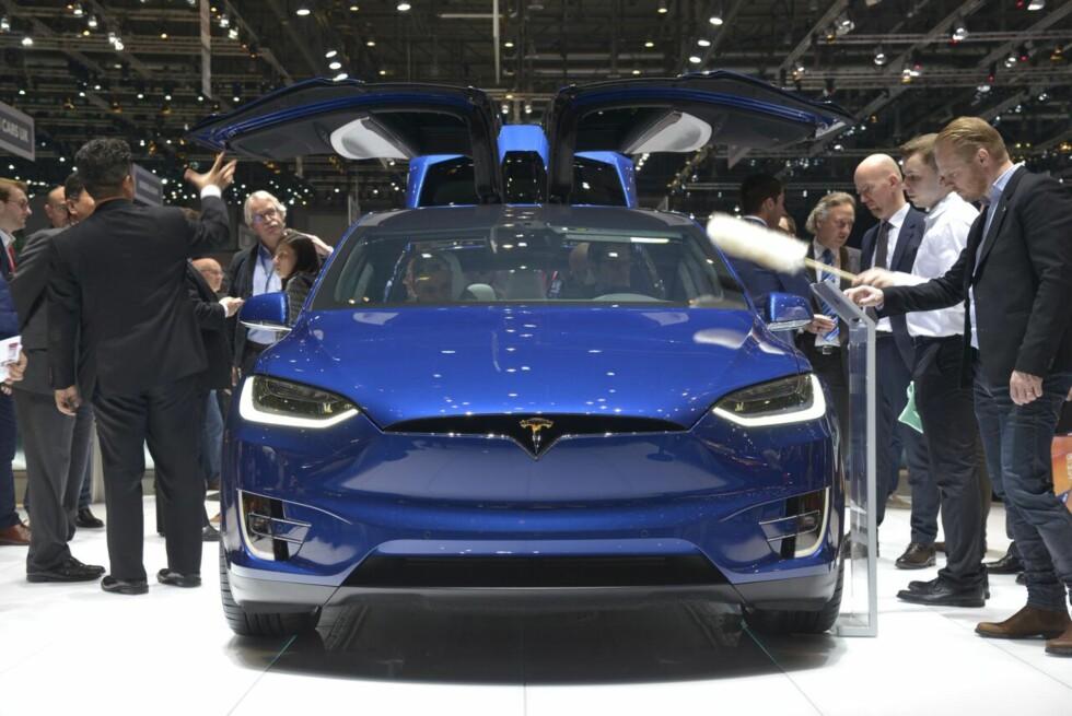 <strong><b>NÅ I GENÈVE:</strong></b> Tesla Model X er etter flere forsinkelser endelig på vei til elbil-hungrige nordmenn. Modellen får rekkevidde opptil 41 mil. Foto: JAMIESON POTHECARY