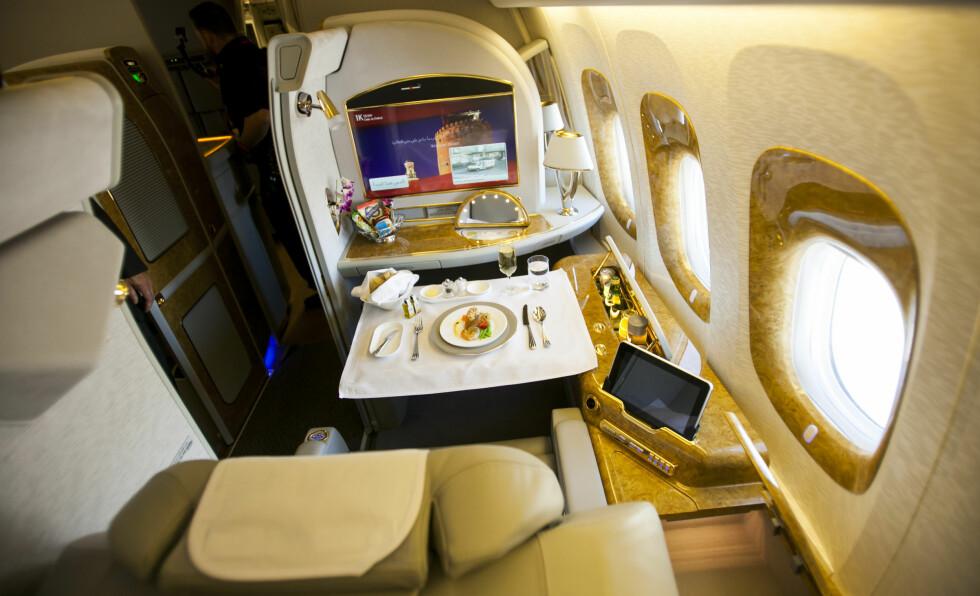 IKKE BEHOV FOR NISTE HER: Emirates flyr kun langdistanse, og der er varmmat og ubegrenset drikke inkludert i flybilletten - og du trenger dermed ikke tenke på å ta med. Dersom du ikke absolutt vil ha med din egen mat, da. I så fall oppfordres du til å ta hensyn til dine medpassasjerer. Foto: PER ERVLAND