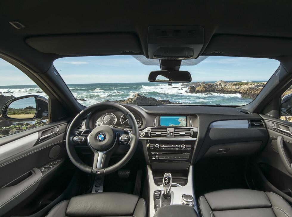 SAMME SOM FØR: Bortstett fra nydesignet M Sport-ratt og M-sogoer på dørterskkler, girspak og i instrumentpanelet, er det lite nytt å melde fra Cockpit. Foto: BMW