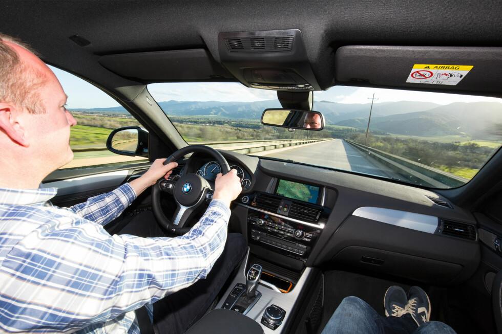 PÅ SKINNER: Den passer et liv på autobahn, men takler svært godt skikkelig dårlig asfalt også. Det var det mye av på testruten.  Foto: BMW