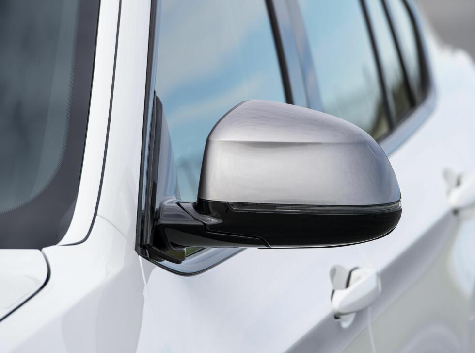 SØLV: Speiler, nyrer i grill og overkant har sølv finish. Foto: BMW