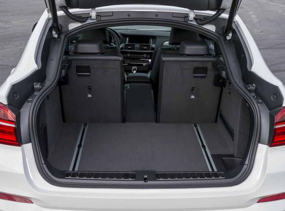 STOR PLASS Bagasjerommet er stort dersom du ikke skal laste i høyden. Takhøyden i baksetet derimot er snau for voksne. Foto: BMW