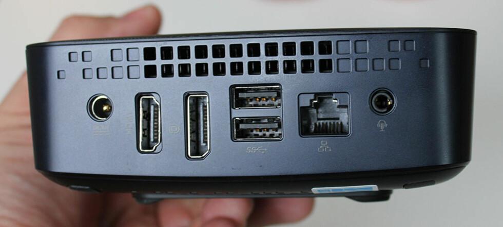På baksiden sitter HDMI-utgang, DisplayPort-utgang, to USB 3.0-porter, nettverkskontakt og lydutgang. Foto: BJØRN EIRIK LOFTÅS