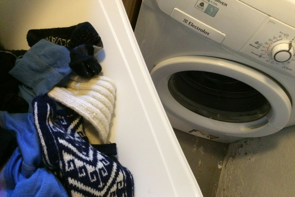 FØR VASK: Det kan være smart å fjerne flekkene før du legger klærne til vask. Foto: BERIT B. NJARGA