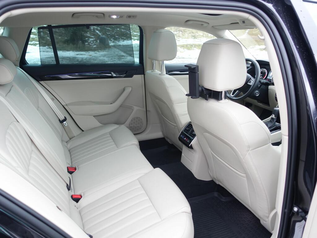 STOR PLASS: Superb er valget for lange sjåfører. Seteputa bak er også bred. Gardinene i dørene koster 1.800 kr. Foto: RUNE M. NESHEIM