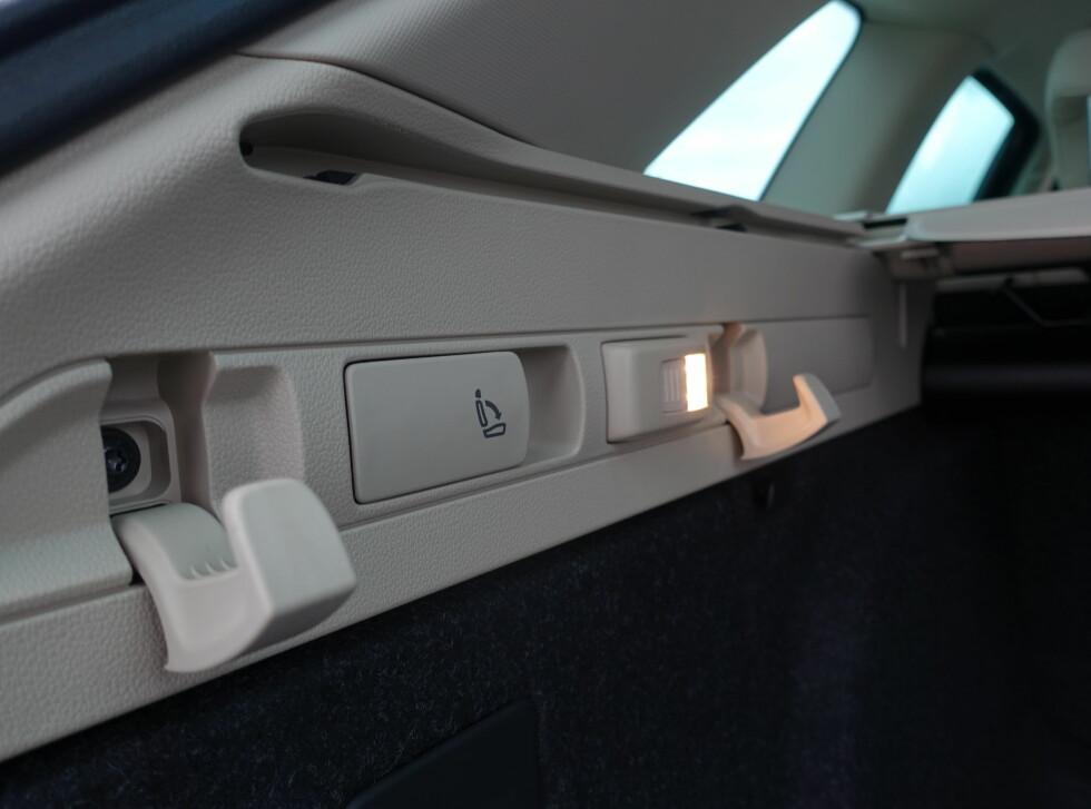 LOMMELYKT: Bagasjeromslampa kan tas ut og brukes som lommelykt. Foto: RUNE M. NESHEIM