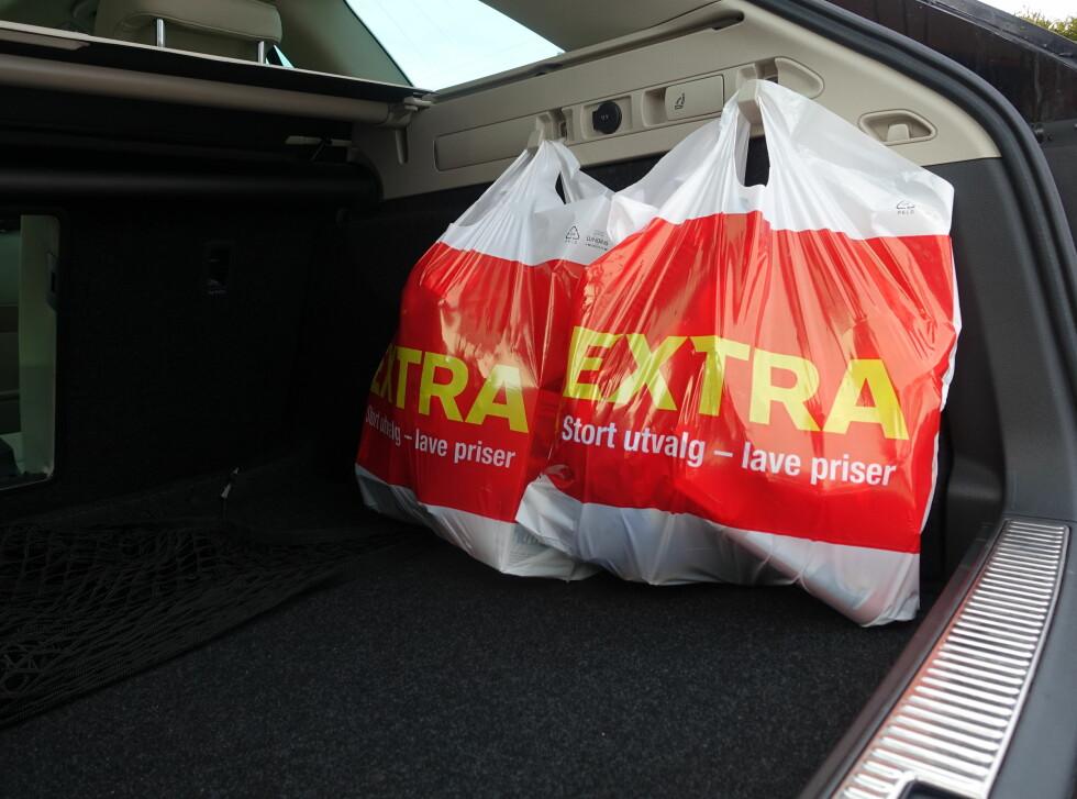 PRAKTISK: Med 280 hk under panseret er det greit å vite hvor matvarene er når man kommer hjem. Foto: RUNE M. NESHEIM