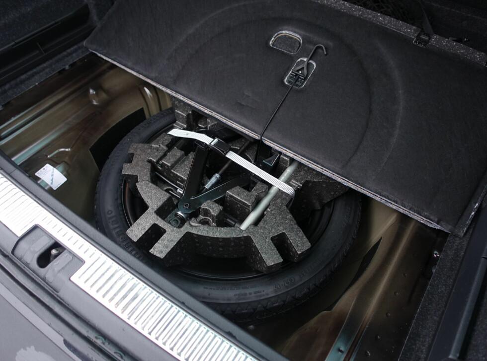 PRAKTISK: Hvor ofte ser du reservehjul og jekk nå for tiden.  Foto: RUNE M. NESHEIM