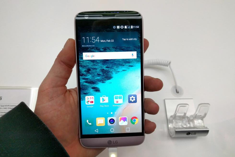 UNIK MOBIL: Nye LG G5 ser ut som en hvilken som helst toppmodell, men drar du ut den nederste delen, kan du faktisk bytte ut delene på den. Foto: PÅL JOAKIM OLSEN