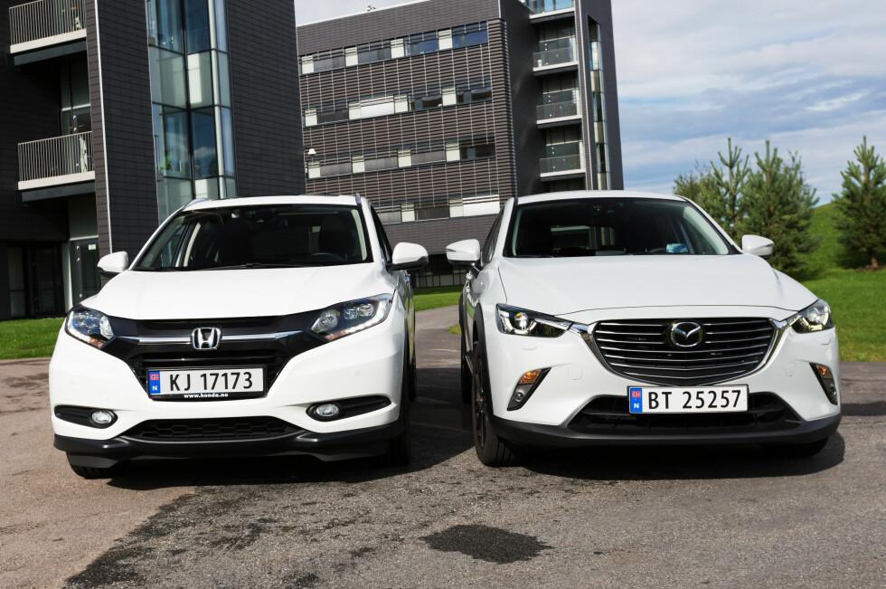 KOMPAKTE: To av de nyeste folkesuvene på markedet under en duell i fjor sommer: Honda HR-V (til venstre) og Mazda CX-3. Begge tilhører kompaktkategorien blant folkesuvene. Foto: KASPER VAN WALLINGA