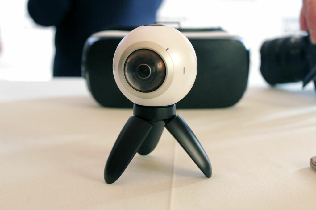 NYTT KAMERA: Her det Samsungs nye 360-graders kamera, som kan brukes med både den nye mobilen og selskapets VR-briller. Foto: KIRSTI ØSTVANG