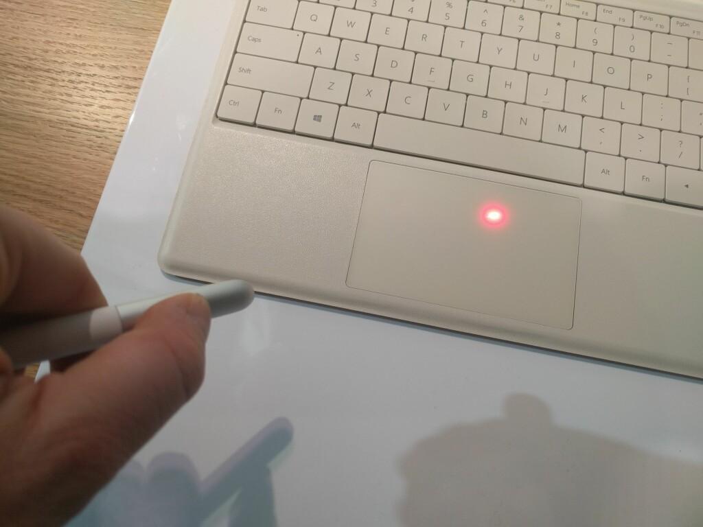 INNEBYGD LASERPEKER: Interessant er også at MatePen har innebygd laserpeker og knapper for å styre en presentasjon. En time i laderen betyr èn måned med bruk.  Foto: PÅL JOAKIM OLSEN