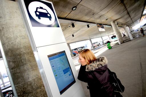 TAXIPRISER: På egne skjermer kan du plotte inn reisemål og få opp taxipriser fra de forskjellige selskapene. Foto: OLE PETTER BAUGERØD STOKKE