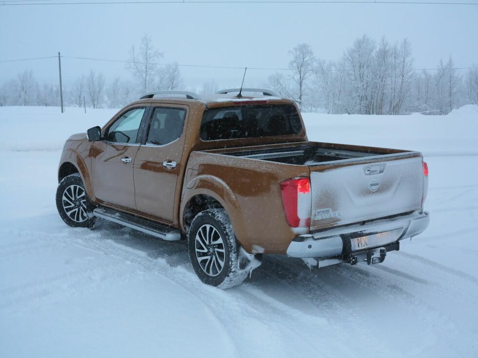 SPOILER: En liten leppe i overkant av lemmen skulle hindre luft, skitt og snø å blåse over bilen og snu. Noe ser likevel ut til å ha funnet veien til bakluken.  Foto: FRED MAGNE SKILLEBÆK