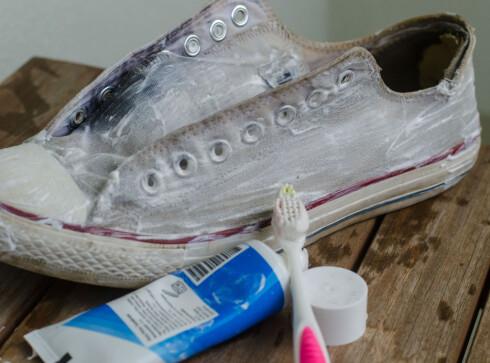 NYPUSSET: Tannkrem er overraskende effektivt, og gjør at skoene dine dufter mynte.  Foto: AKSEL RYNNING