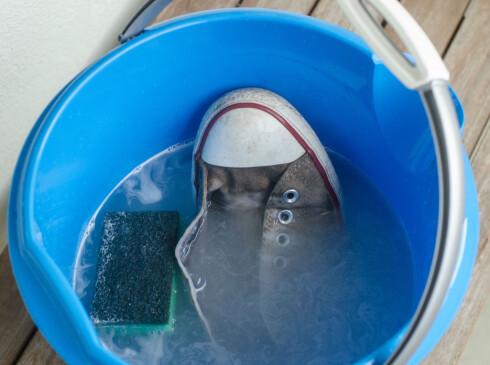 GAMLEMÅTEN: Såpevann og skrubbing er det beste alternativet for rengjøring av Converse-skoene dine. Foto: AKSEL RYNNING