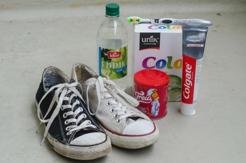 KANDIDATENE: Vi fikk tak i to par møkkete Converse-sko, ett hvitt og ett svart,  og prøvde å rengjøre dem med diverse husholdningskjemikalier. Foto: AKSEL RYNNING