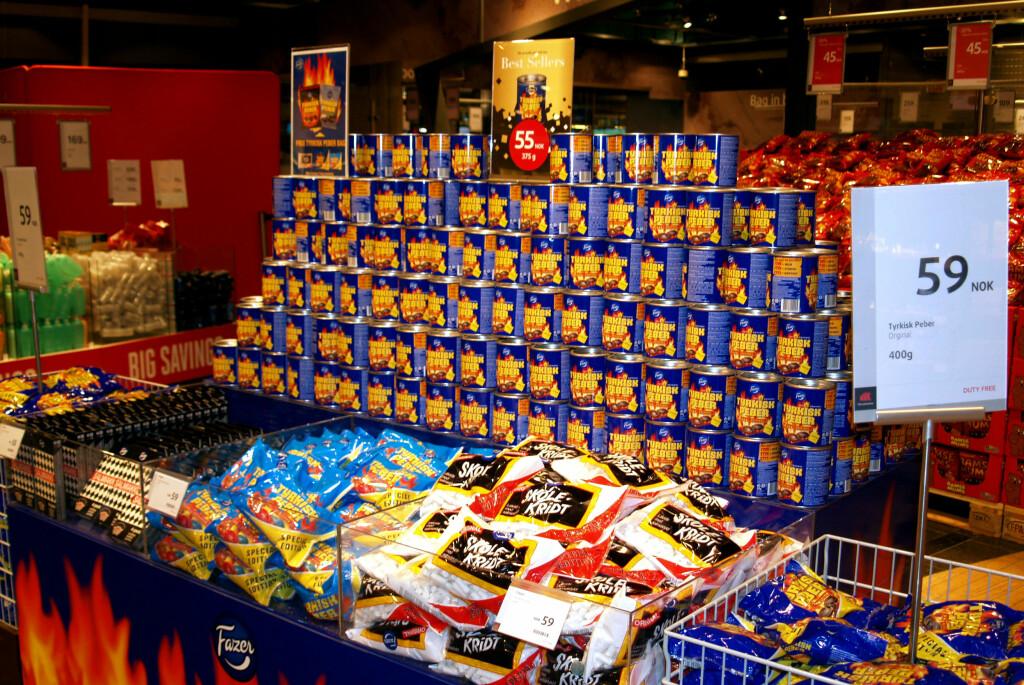 <b>IKKE KJØP DETTE PÅ TAXFREE:</b> Det blir ikke mer taxfreegodteri enn Tyrkisk pepper på boks. Men kjøp det heller på butikken: Det er 47 prosent billigere på Rema, enn på taxfreebutikken på Oslo Lufthavn ... Foto: BERIT B. NJARGA