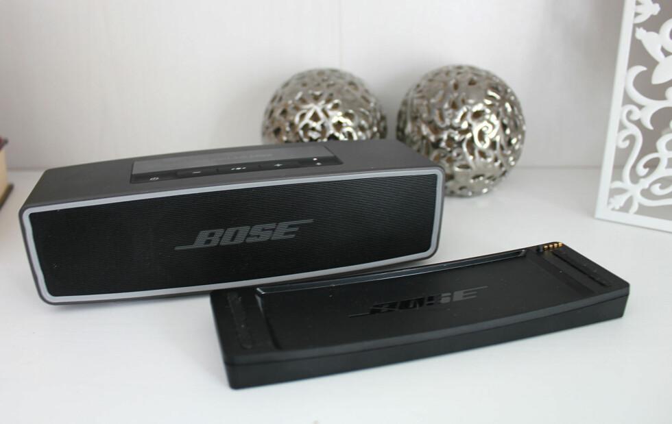 PRAKTISK LADEDOKK: Sett høyttaleren i dokken når den ikke er i bruk, så er den fulladet til neste gang du skal på tur. Foto: BJØRN EIRIK LOFTÅS