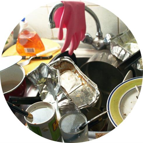 HJELPER IKKE: Du blir ikke mindre utsatt for forkjølelse dersom kjøkkenvasken din ser slik ut. Foto: COLOURBOX