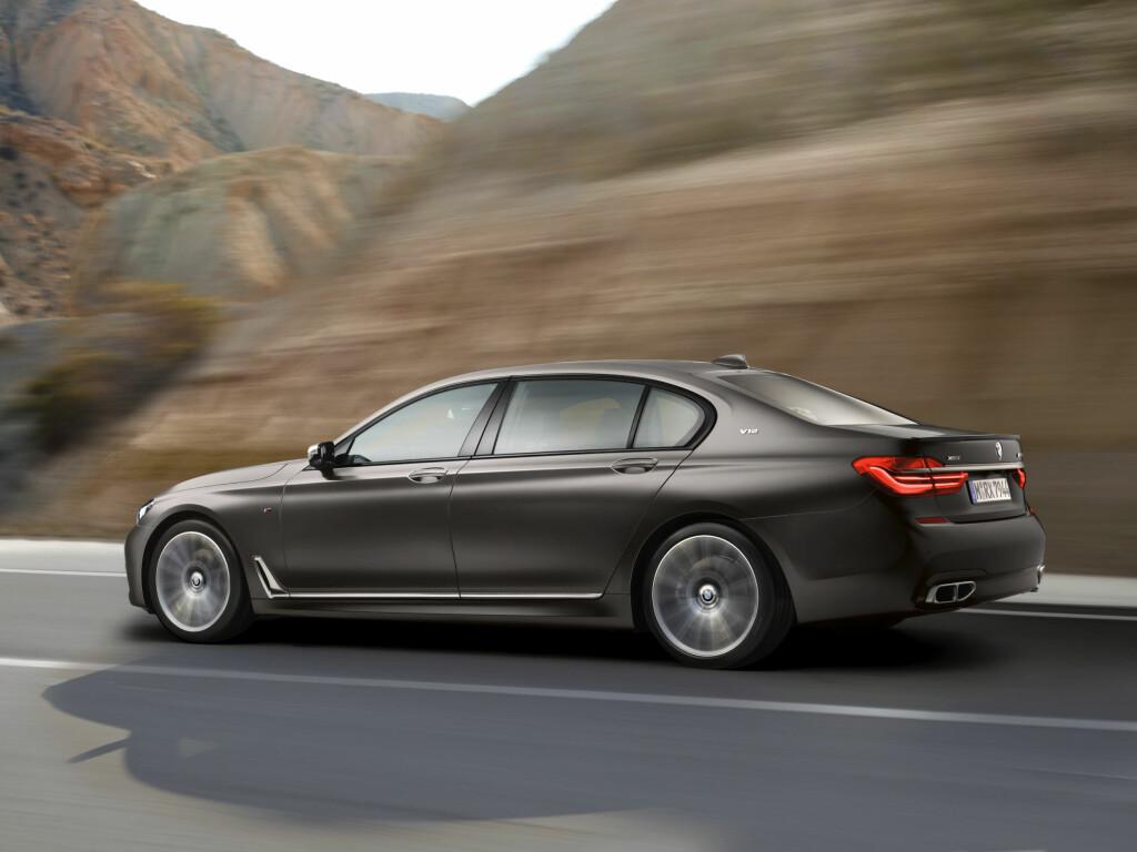 AUTOBAHN-EXPRESS: Med hårreisende ytelser til en så stor bil å være, er BMWs første 7-serie med M foran helt oppe i den ypperste verdenseliten blant luksusbilene. Foto: BMW
