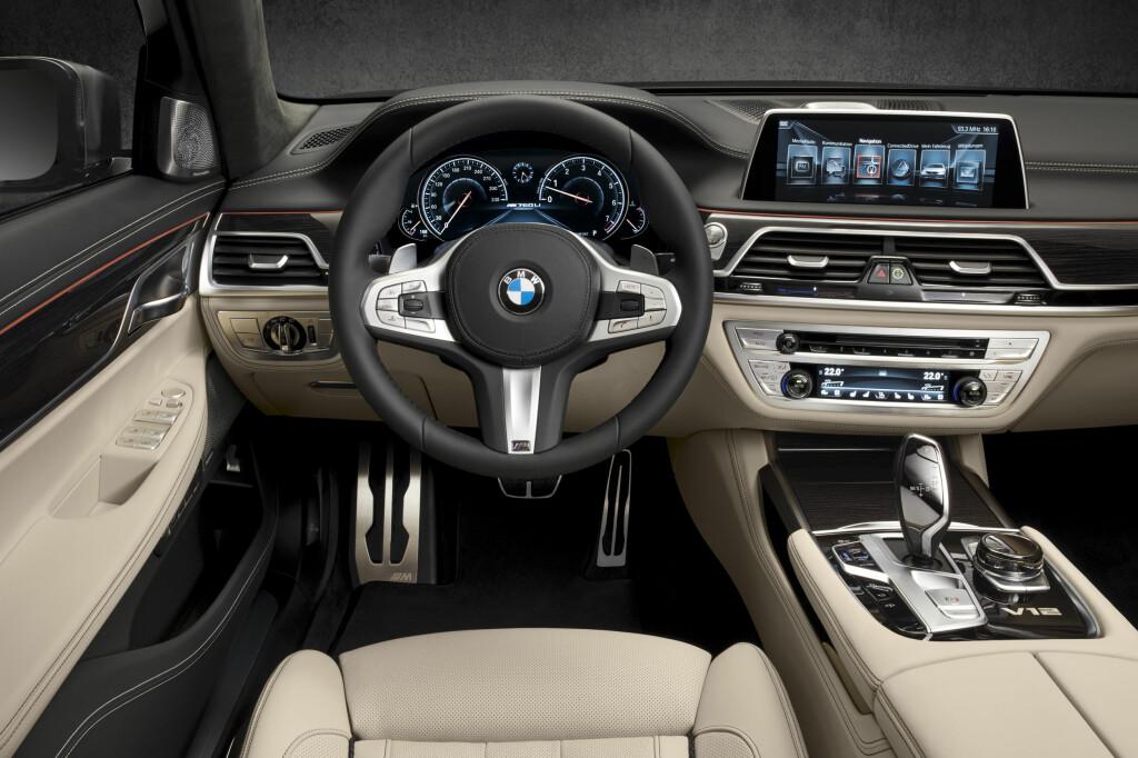 TYPISK: Klassisk BMW - i en spesielt høyverdig versjon. Diskret spesifikk dekor til tross - det er ikke så lett å se at dette er flaggskipversjonen før man ser V12-emblemet og speedometeret gradert til 330... Foto: BMW