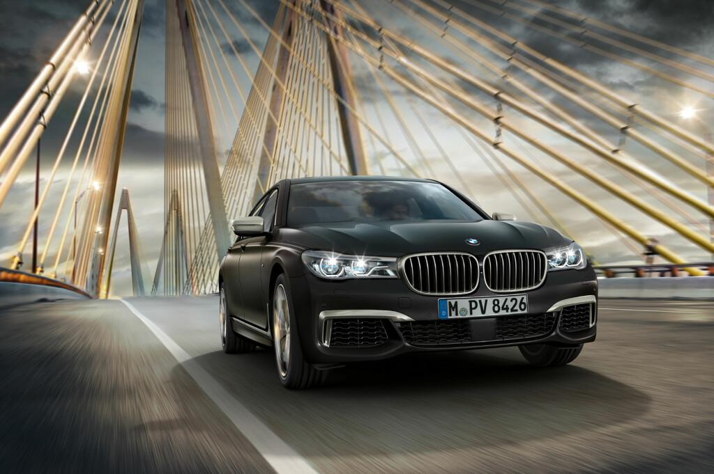 <b>UNNA VEI!</b> Her kommer BMW M760Li xDrive - det mektigste og mest gedigne fra Bayern på lenge. Den peker nese av miljøbevegelsen med sin høyst politisk ukorrekte biturbo V12-motor med 600 hestekrefter og nesten 300 gram CO2 per kilometer - offisielt! Foto: BMW