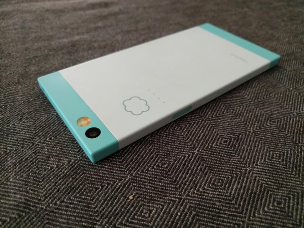 SKY: Små lysdioder på baksiden av telefonen indikerer at innholdet sikkerhetskopieres til nettet. Foto: PÅL JOAKIM OLSEN