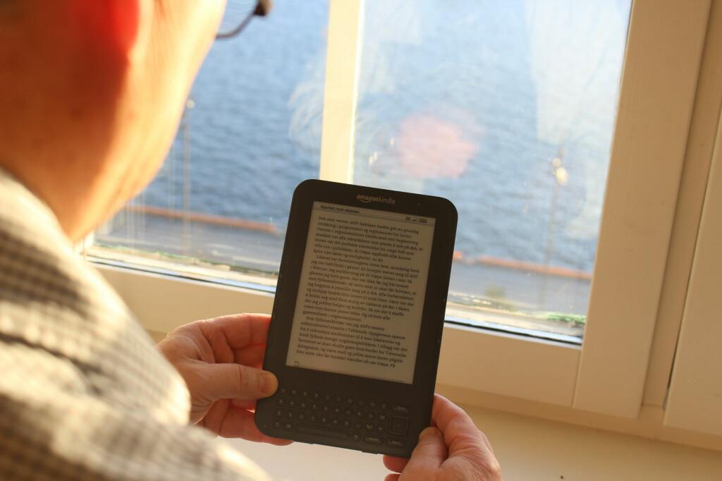 TÅLER DAGENS LYS: Mens du får problemer med mobilskjermen i sollys, fungerer lesebrett helt fint. Foto: KAROLINE BRUBÆK