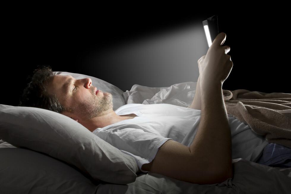 <strong><B>BEHAGELIG LYS:</strong></B> Lyset fra et lesebrett ødelegger ikke søvnen, slik nettbrett og mobil kan gjøre. Foto: SHUTTERSTOCK/ROMMEL CANLAS/NTB SCANPIX