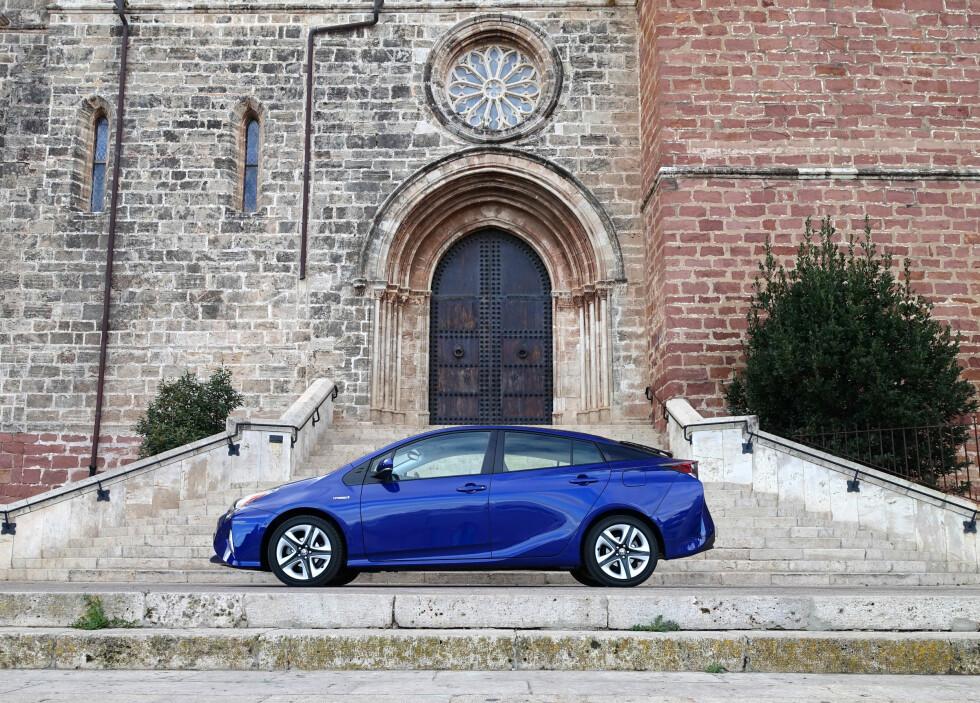 <strong><b>VELKJENT:</strong></b> Silhuetten er ved første blikk ikke veldig mye annerledes enn forgjengerens, men Prius 4 er en helt ny bil på ny plattform. Kupéen er flyttet fremover og bilen er både lavere og lengre enn den forrige. Foto: KNUT MOBERG