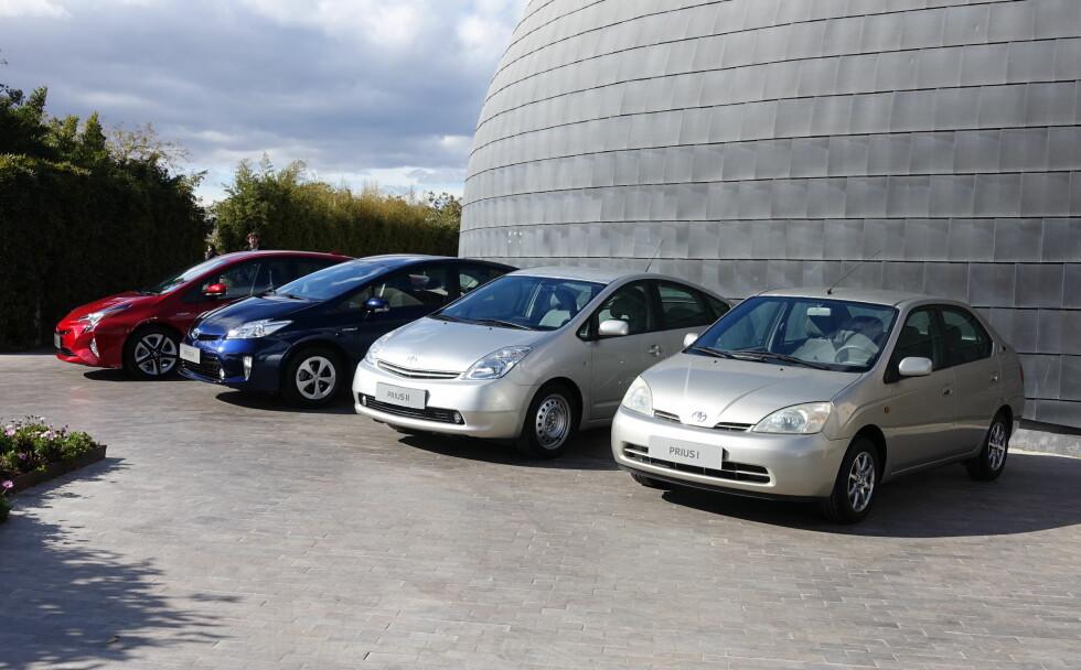 PÅ 19. ÅRET: Nærmest ser vi første generasjon Prius som kom i 1997 i Japan og kom hit i 2000. Siden har det gått slag i bedre slag. Foto: KNUT MOBERG