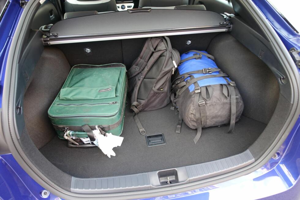 <strong><b>STØRRE:</strong></b> Batteripakken er det nå blitt plass til lenger ned, og bagasjerommet er blitt 56 liter større enn på forgjengeren - totalt 501 liter. Foto: KNUT MOBERG