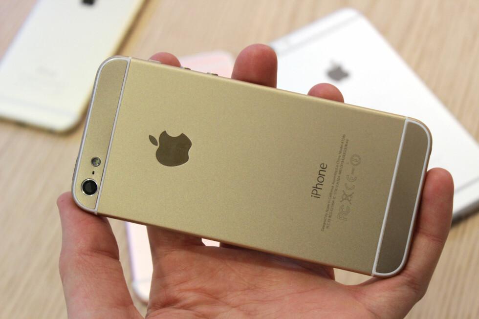 DETTE ER IPHONE 5: Vi fikk en gammel iPhone 5 til å se ut som en ny iPhone 6.  Foto: KIRSTI ØSTVANG