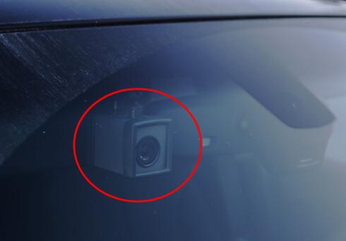 KAMERA: Med kamera i bilene kan Utrykningspolitiet via punkter ta målinger av møtende biler like godt som biler de følger.  Foto: MAGNUS ARNKVÆRN