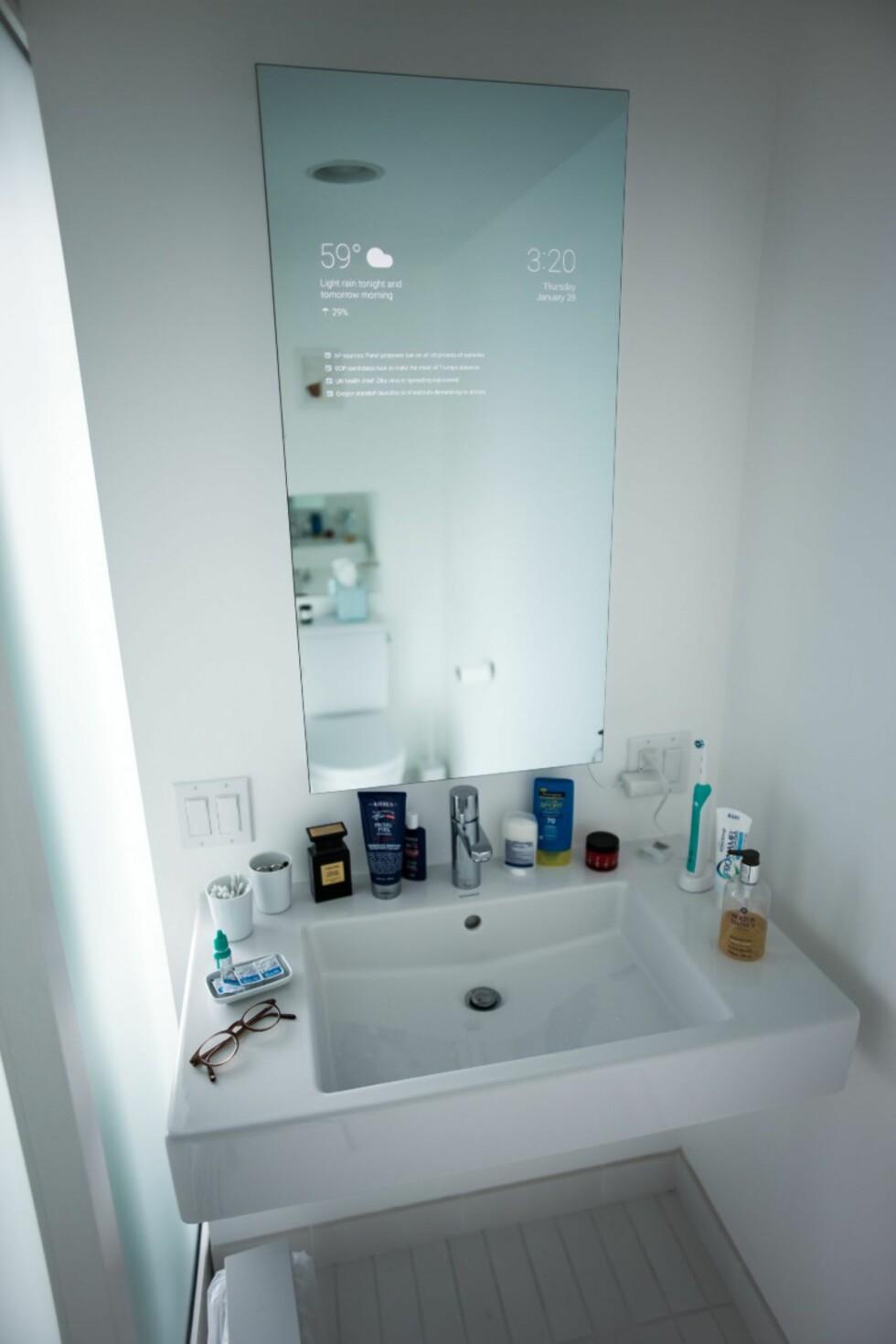 <strong><b>STILIG:</strong></b> Det smarte baderomsspeilet er en hjemmemekket løsning, men ser bra ut utenfra. Foto: MAX BRAUN