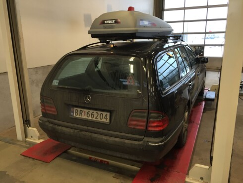 PÅ BUKKEN: Bilen er en 2002-modell Mercedes-Benz E320 4Matic. Ikke helt uten feil når man går den nærmere etter i sømmene... Foto: ESPEN STENSRUD