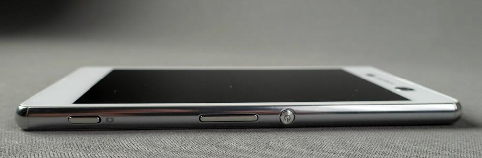 EGEN KNAPP: I likhet med Sonys Z-telefoner har M5 egen kameraknapp som lar deg starte kameraet direkte uten å tenne skjermen først. Men den mangler fingeravtrykksleseren fra Z5-telefonene.