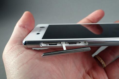 LUKE: Denne luken skjuler SIM- og minnekort, men må være lukket for at telefonen skal være vanntett.