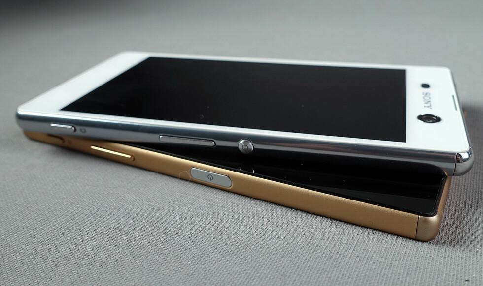 BILLIGERE: Sony Xperia M5 (øverst) er et par tusen kroner rimeligere enn Xperia Z5 (nederst). Foto: PÅL JOAKIM OLSEN