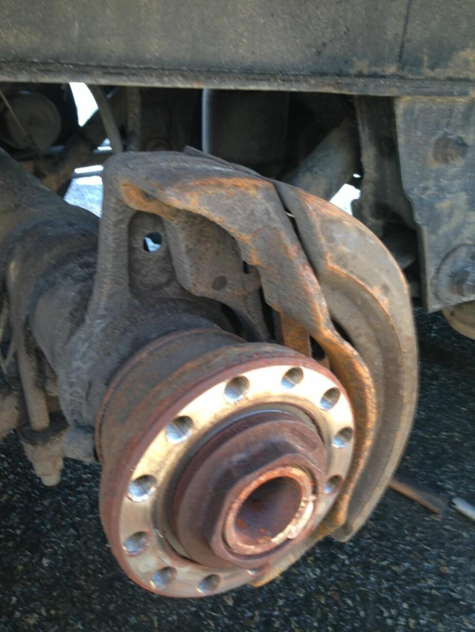 MANGLET BREMSESKIVE: Dette rumenske vogntoget manglet bremseskive og sikkerhetssystemer for bremsene. De var utkoblet.  Foto: STATENS VEGVESEN