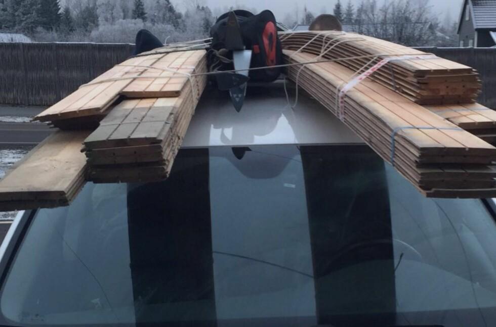 LIVSFARLIG TAKLAST: Denne tynne hyssingen hadde neppe stanset plankene fra å forsvinne inn i en bakrute ved en bråstopp eller værre.  Foto: STATENS VEGVESEN
