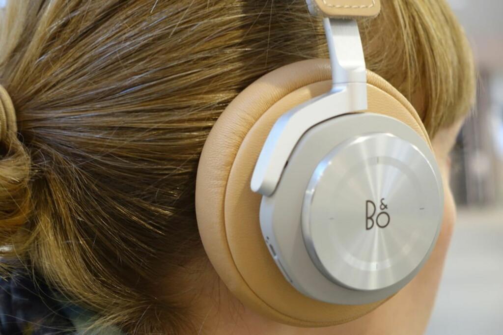 VELGER DYRT: Det spares ikke når vi skal ha godlyd på øret. Her BeoPlay H7 til 4.000 kroner. Foto: TORE NESET