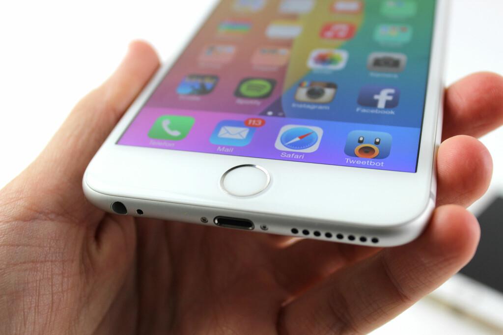 <b>GÅR NED:</B> Salget av mobiltelefoner sank med 12 prosent i fjor. Men det er i antall, ikke i omsetning. Trenden er at vi velger dyrere telefoner, men skifter ut sjeldnere. Foto: KIRSTI ØSTVANG