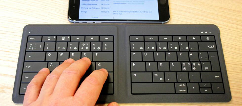 SMART MOBILTASTATUR: Du får fulle Office-pakker til smartmobiler, så hvorfor ikke jobbe litt mer effektivt? Dette Microsoft-tastaturet hjelper deg med å få skrivejobbene unna. Foto: BJØRN EIRIK LOFTÅS