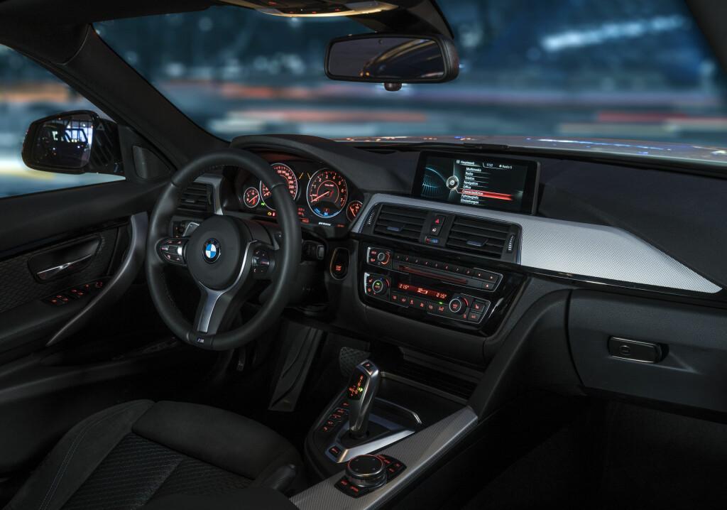 SOM DE ANDRE: Nesten. I interiøret er det bare når man går inn i detaljene i infosystemene at det åpenbarer seg spesielle egenskaper hos denne bilen. Foto: BMW