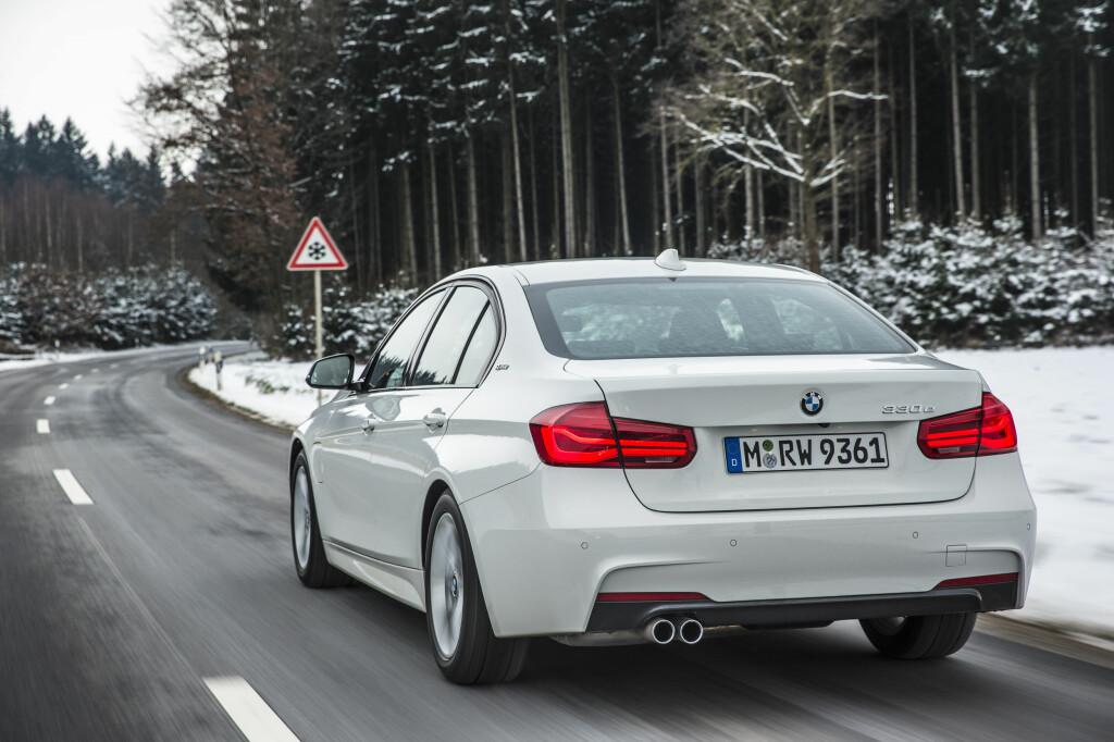 SOM ET SKUDD: Kjøredynamikk mangler det ikke på - 330e er like engasjerende å kjøre som de andre 3-erne. Foto: BMW