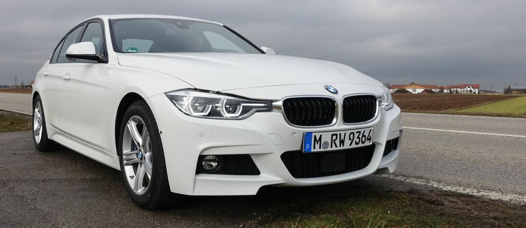 <b>LADBAR HYBRID FRA BMW:</b> Med sporty styling kommer den spreke «miljøbilen» til sin rett. BMW 330e er like spenstig som 330i, men har <em>offisielt</em> bare en tredjedel av forbruket. Foto: KNUT MOBERG