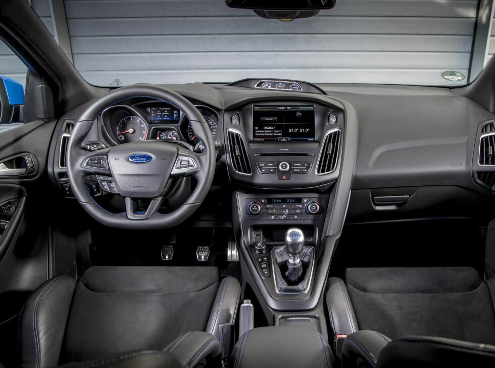 VELKJENT: Interiøret ligner mye på vanlig Focus om du ser bort fra setene, ekstra instrumenter og noen knapper.  Foto: FORD